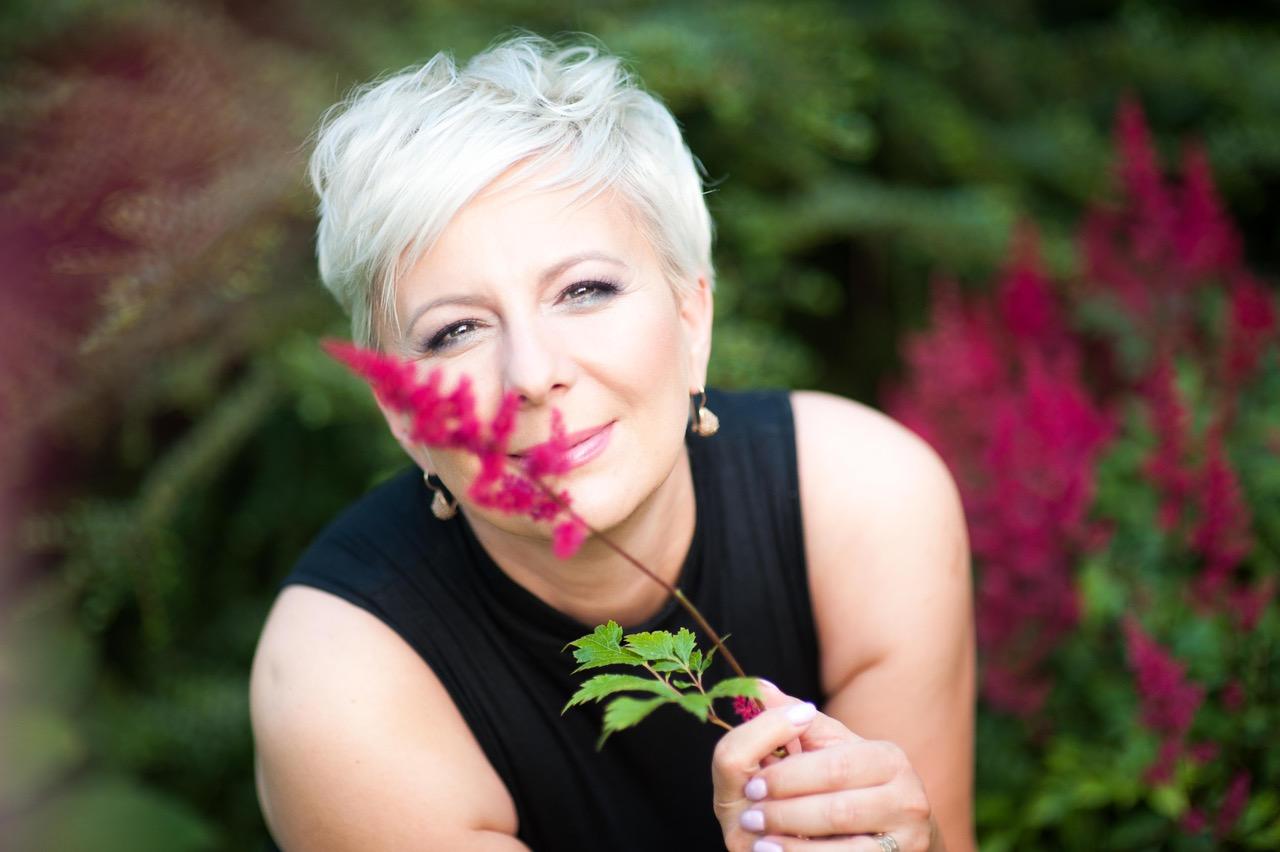 Anna Urbańska i kwiaty - Zdjęcie